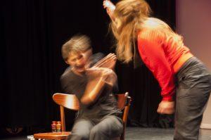 twee improvisatietheaterspelers in een conflict met een sterke lichamelijke expressie